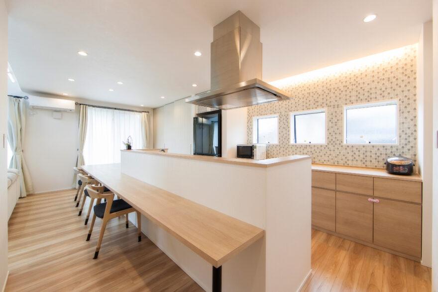 キッチンカウンターとダイニングテーブルが繋がったお家6
