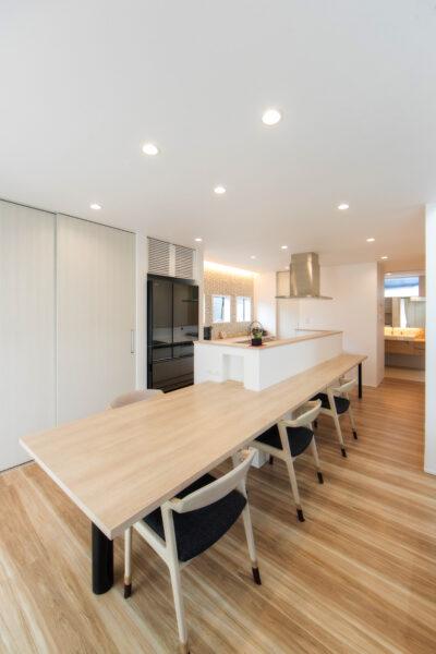 キッチンカウンターとダイニングテーブルが繋がったお家5