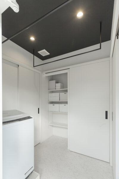 白と黒のコントラストが魅力 シンプルモダンのスマートなイエ4